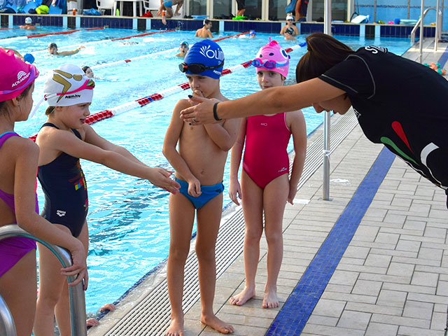 https://www.olimpiasport.it/wp-content/uploads/2019/02/corsi_nuoto_bambini_1.jpg